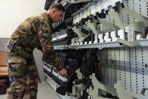 """Le caporal-chef Ben GUERY, armurier à la 5e Cie, récupère un HK416 sur le rattelier de l'armurerie pour la perception d'armement.Reportage au 3e RIMa (régiment d'infanterie de marine), à Vannes (56), le 9 avril 2019,  sur l'expérimentation par le régiment et la SIMMT (structure intégrée du maintien en condition opérationnelle des matériels terrestres) du nouveau système VIGIFELIN.Ce système numérise toute la gestion des matériels FELIN. De la préparation de la mission à la perception ce nouveau système permet le suivi strict des matérielsd et lors de la mise en réparation. Une véritable simplification pour les utilisateurs et le commandement, savoir ce que l'on à l'instant """"T"""" est aujourd'hui possible."""