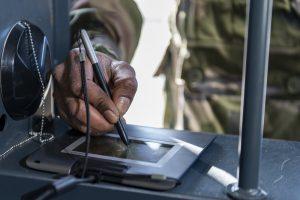 """Un personnel signe sur la tablette numérique du système VIGIFELIN lors de la perception d'armement.Reportage au 3e RIMa (régiment d'infanterie de marine), à Vannes (56), le 9 avril 2019,  sur l'expérimentation par le régiment et la SIMMT (structure intégrée du maintien en condition opérationnelle des matériels terrestres) du nouveau système VIGIFELIN.Ce système numérise toute la gestion des matériels FELIN. De la préparation de la mission à la perception ce nouveau système permet le suivi strict des matérielsd et lors de la mise en réparation. Une véritable simplification pour les utilisateurs et le commandement, savoir ce que l'on à l'instant """"T"""" est aujourd'hui possible."""